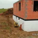 Die Baugrube wird verfüllt