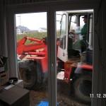 Feine Arbeit mit schwerem Gerät direkt am Fenster