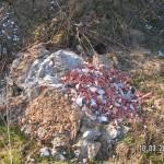 Bauschutthaufen auf Mutterboden: kein Ökobewusstsein
