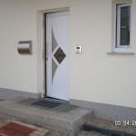 Hauseingang mit Podest und Sprechanlage
