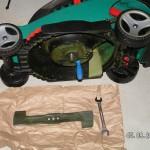 Messer vom Rasenmäher wird ausgebaut