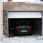 Beide Autos hintereinander in der Garage