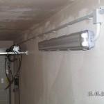 Rohrführung mit Schellen alle 40 cm und die Leuchte - alles IP 55