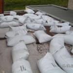 Filtervlies und 40 Säcke mit Pflanzensubstrat auf dem Dach