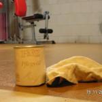 Den Korkboden im Fitnessraum mit einem Tuch ölen