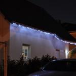 Weihnachtslichter am Dachüberstand zur Straßenseite