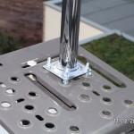 Ein Tischbein wird als Mast an der Trittstufe befestigt