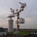Die Wettersensoren über den Dächern der Siedlung