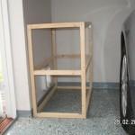 Der Holzrahmen der Katzenhütte wird anprobiert