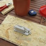 Die Regenwippe wird auf OSB-Platte montiert