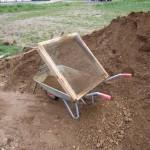 Aus Kies wird Sand mit einem Durchwurfsieb