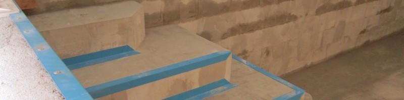 Folienwinkel und Vlies im Pool verlegen