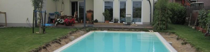 Poolfolie und Wasser rein