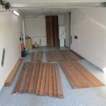 Cumaru-Holz wird in der Garage nachsortiert