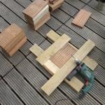 43 UK-Holzstücke à 25 cm werden vorgebohrt