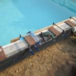 Die Poolmauer wird vorgebohrt für die Unterkonstruktion