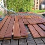 Das Cumaru-Holz wird vorbehandelt