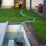 Tauchpumpe saugt Wasser aus dem Becken
