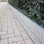 Straßenrand mit Palisadensteinen von Hagebau abstecken