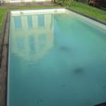 Viel Winterdreck auf dem Poolboden