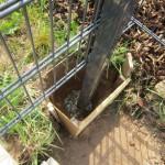 Unten bleibt der Pfosten frei, damit Kondenswasser ablaufen kann